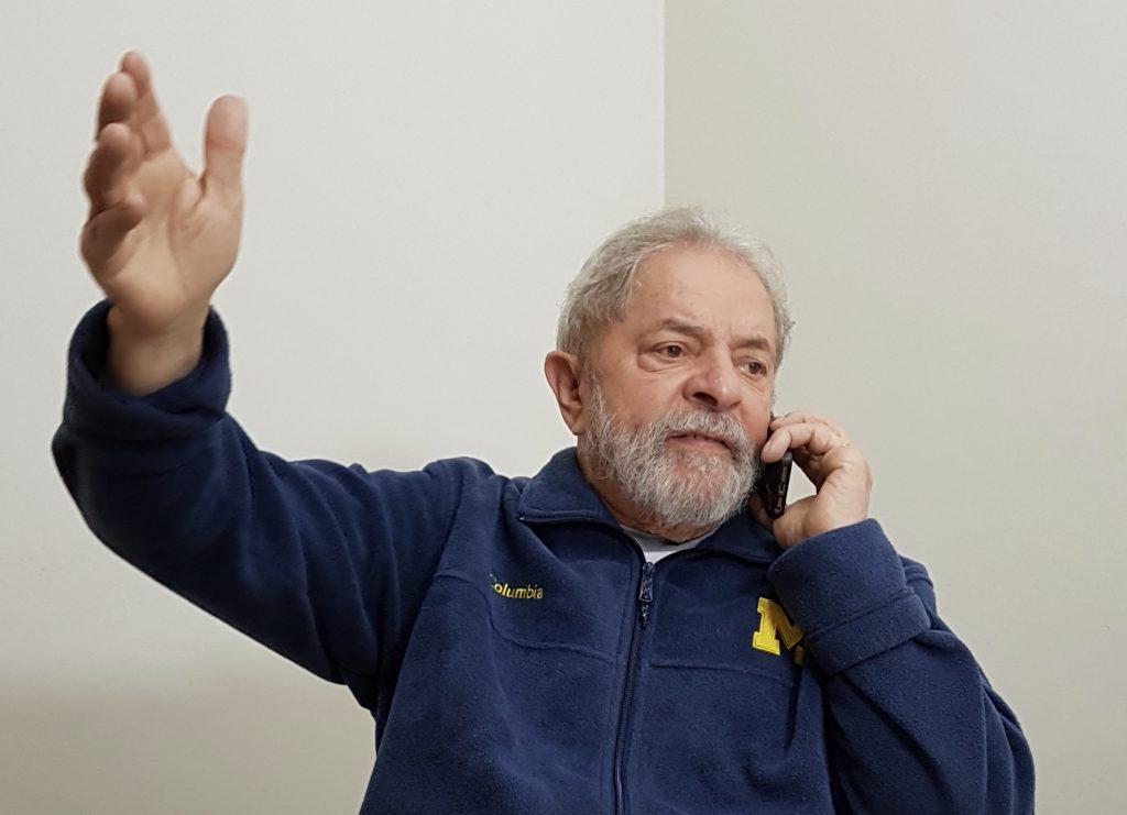Lula ao telefone em São Bernardo do Campo