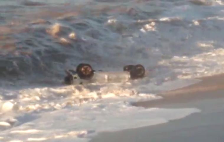 Carro cai no mar de Guarapari