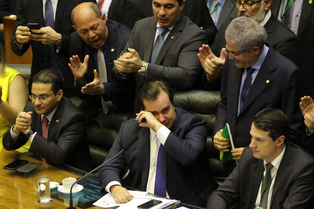Rodrigo maia chora após aprovação do texto base da Previdência