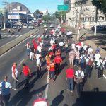 Rodoviários seguem em direção ao Palácio Anchieta, na capital, pela avenida Vitória. Getúlio Costa