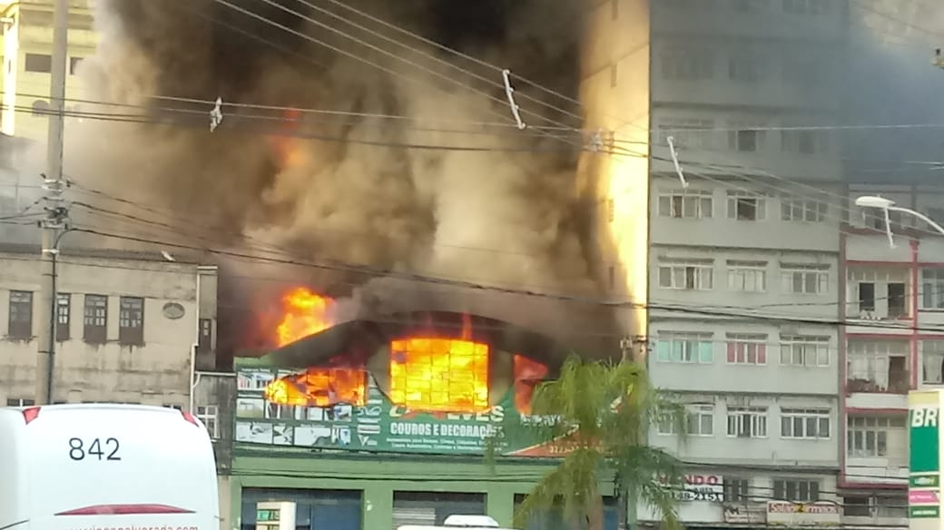 Incêndio atinge loja na Vila Rubim, em Vitória. Foto: Internauta