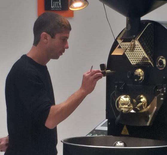 Jonathan Piazarolo é mestre em torra de café. Foto: Arquivo Pessoal