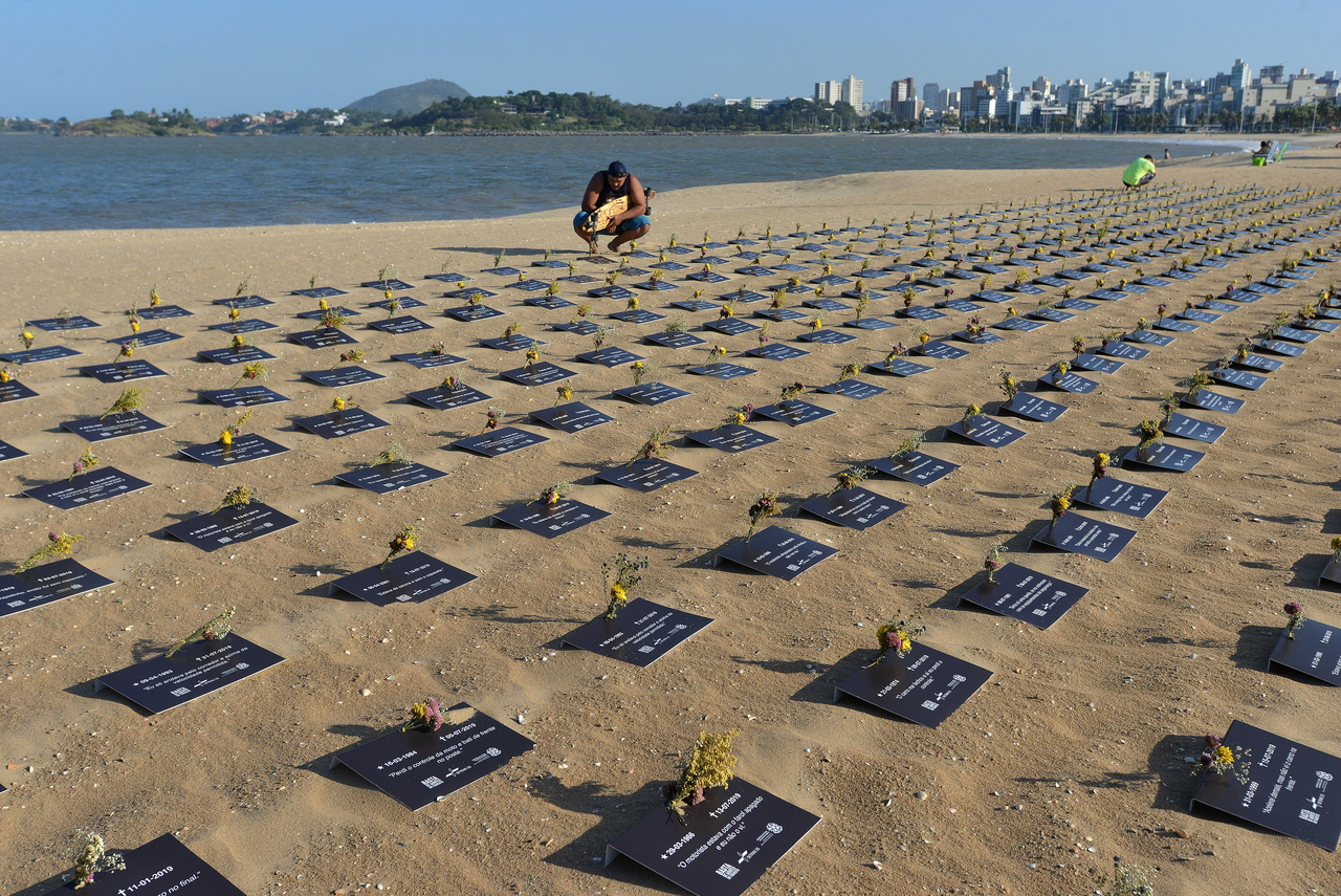 Lápides colocadas na Praia de Camburi representam as vítimas. Foto: Chico Guedes