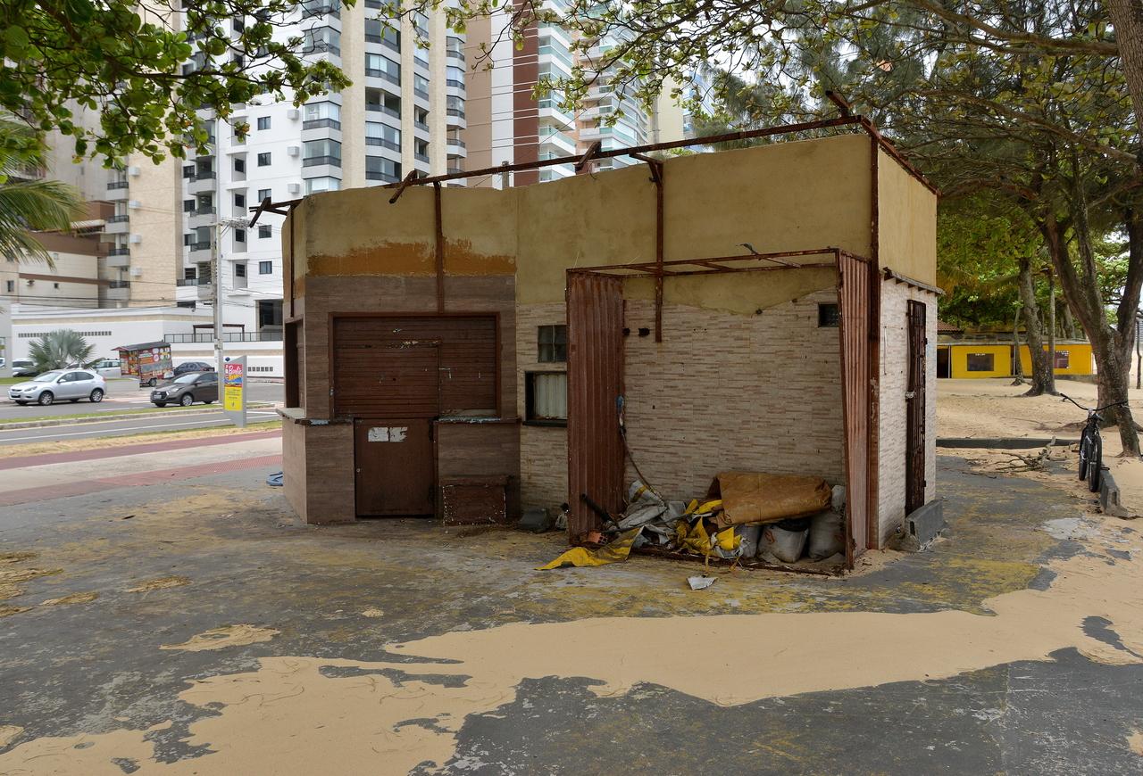 Dois quiosques foram destelhados na orla de Vila Velha. Foto: Chico Guedes