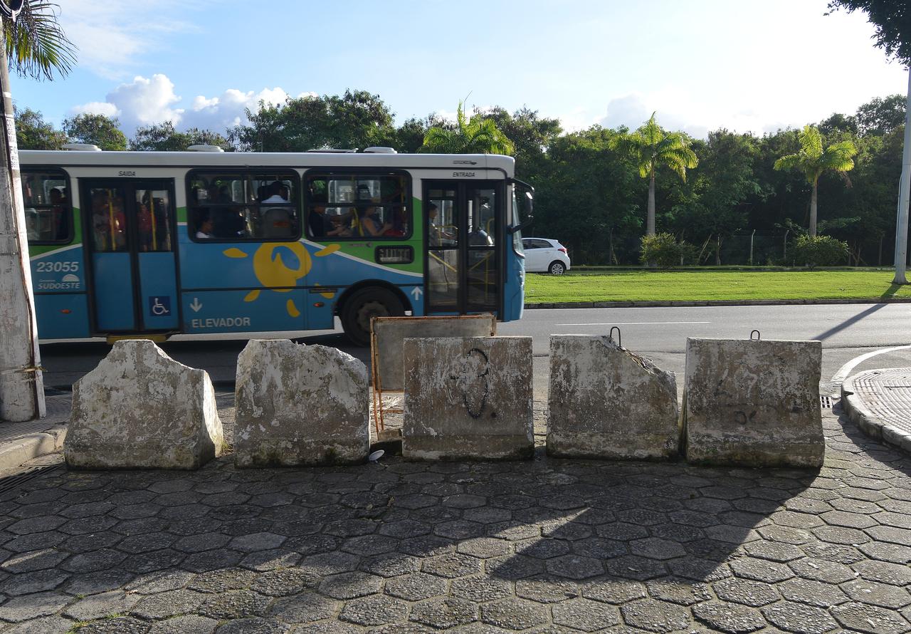 Os blocos de concreto interditavam o trânsito na rua Ruy Pinto Bandeira. Foto: Chico Guedes
