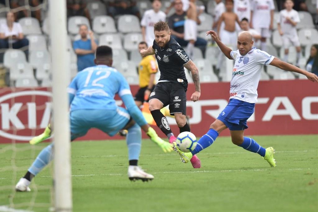 Carlos Sánchez, de pênalti, abriu o placar aos 34 minutos do primeiro tempo e Eduardo Sasha ampliou aos 11 do segundo tempo. Foto: Ivan Storti/Santos FC