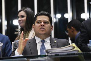 Alcolumbre vota para derrubar veto sobre bagagem grátis. Foto: Roque de Sá/Agência Senado