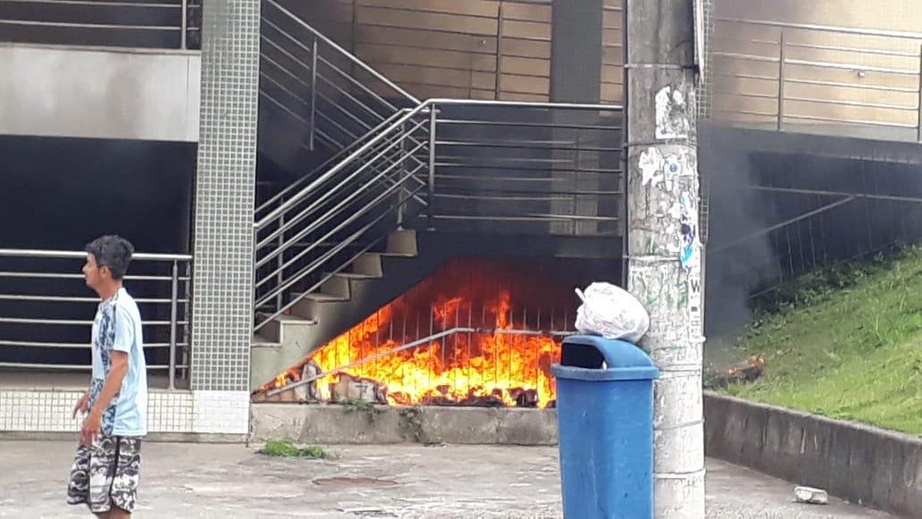O incêndio foi controlado por policiais militares que estavam na UPA e ninguém ficou ferido. Foto: Reprodução