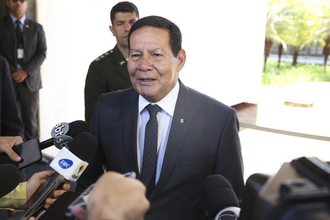 O vice-presidente Hamilton Mourão fala à imprensa. Foto: Antonio Cruz/Agência Brasil