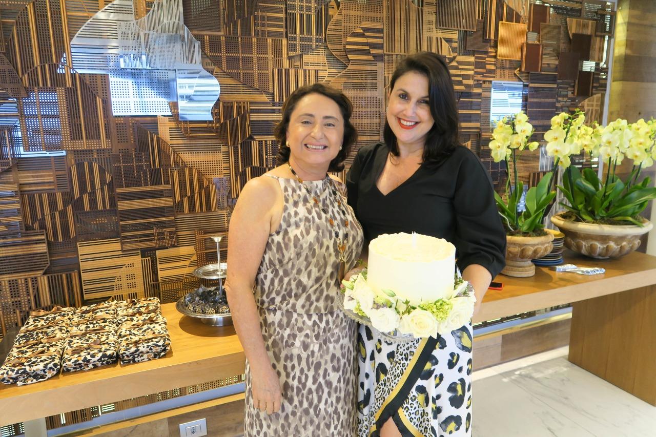 As amigas Renata Rasseli e Maria de Nazaré Neves comemoraram aniversário no último domingo ao lado de amigos e dos anfitriões Eulália e Décio Chieppe, que abriram a área de eventos da família para a linda comemoração. Foto: Mônica Zorzanelli
