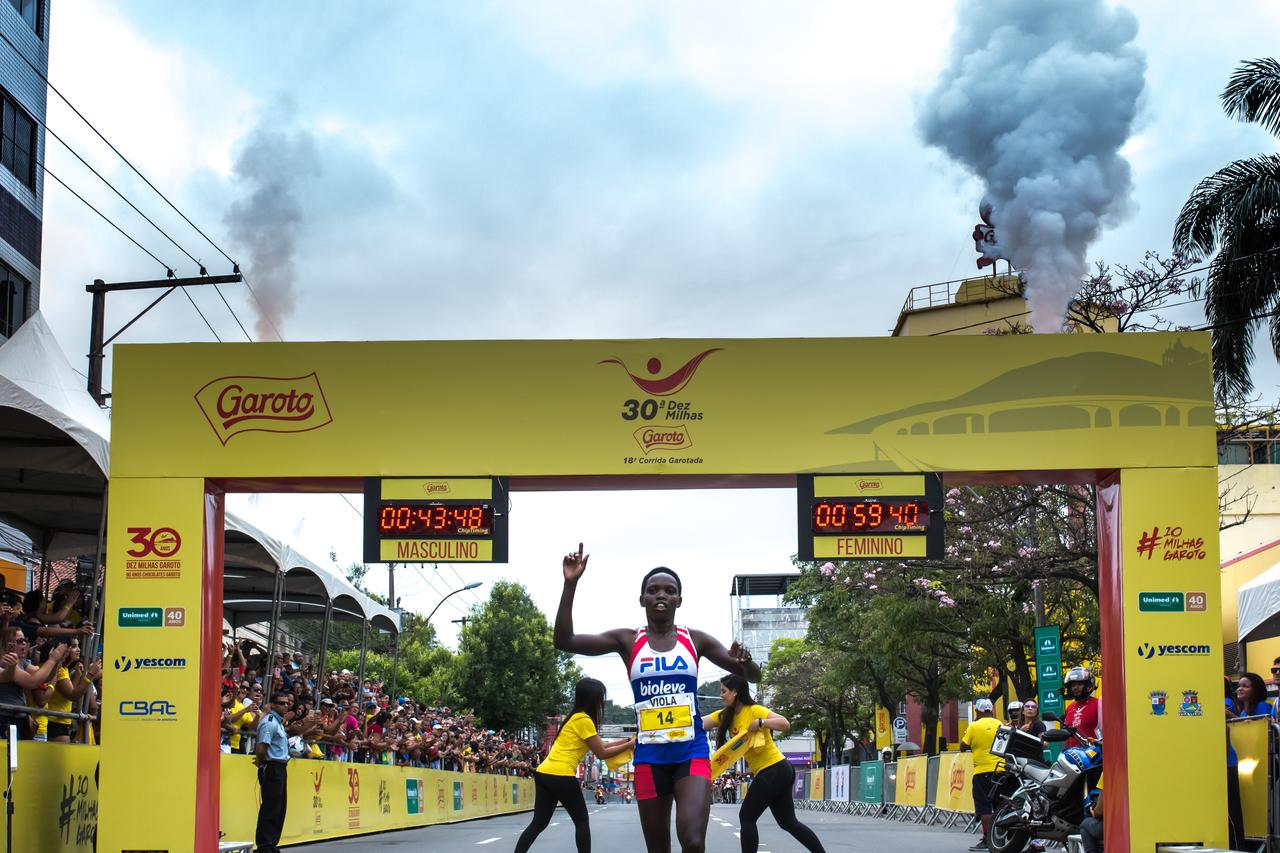 Os atletas africanos estão nas mais altas posições do pódio nas Dez Milhas. Fotos: Adessandro Reis/ Divulgação