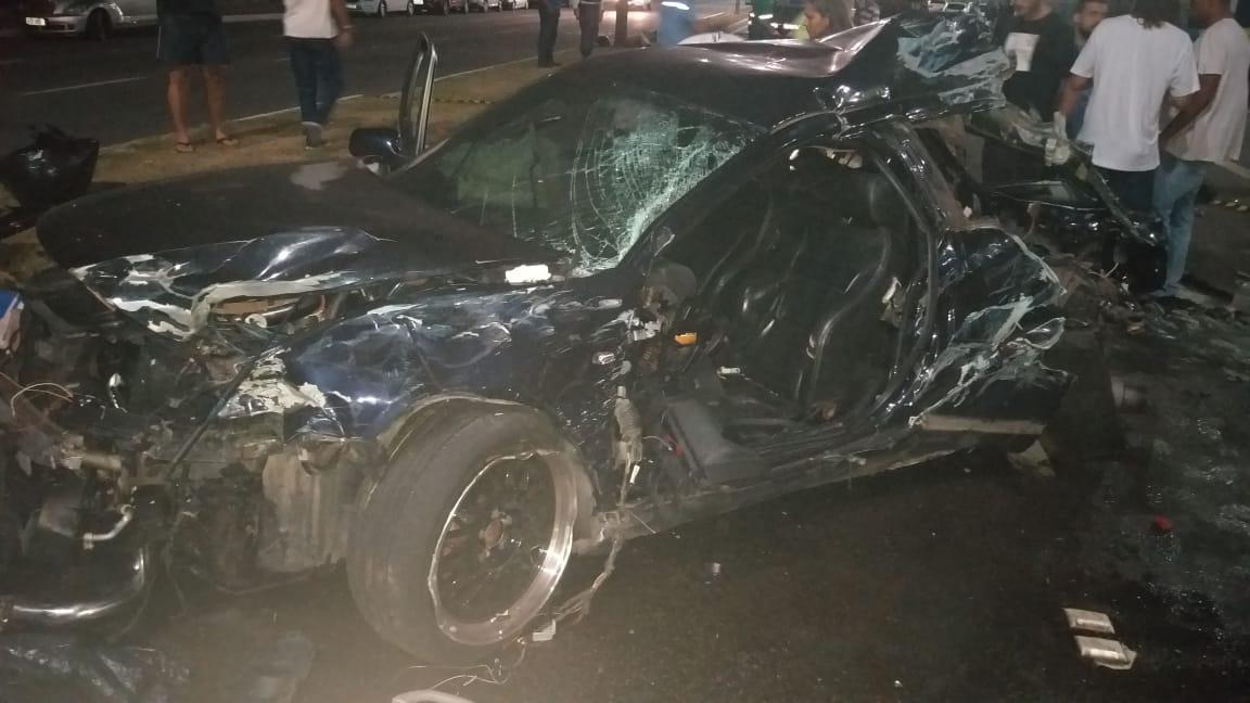 O motorista do Audi responsável pelo acidente atingiu dois postes sobre o canteiro central da pista, um ônibus e um Sandero que vinham no sentido contrário da via. Foto: Ouvinte BandNews FM ES