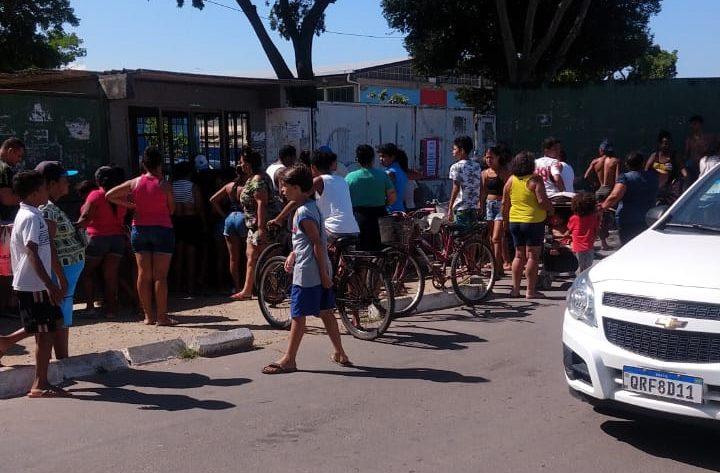 Alunos e professores são feitos reféns no bairro Residencial Jabaeté, em Vila Velha. Foto: Ouvinte
