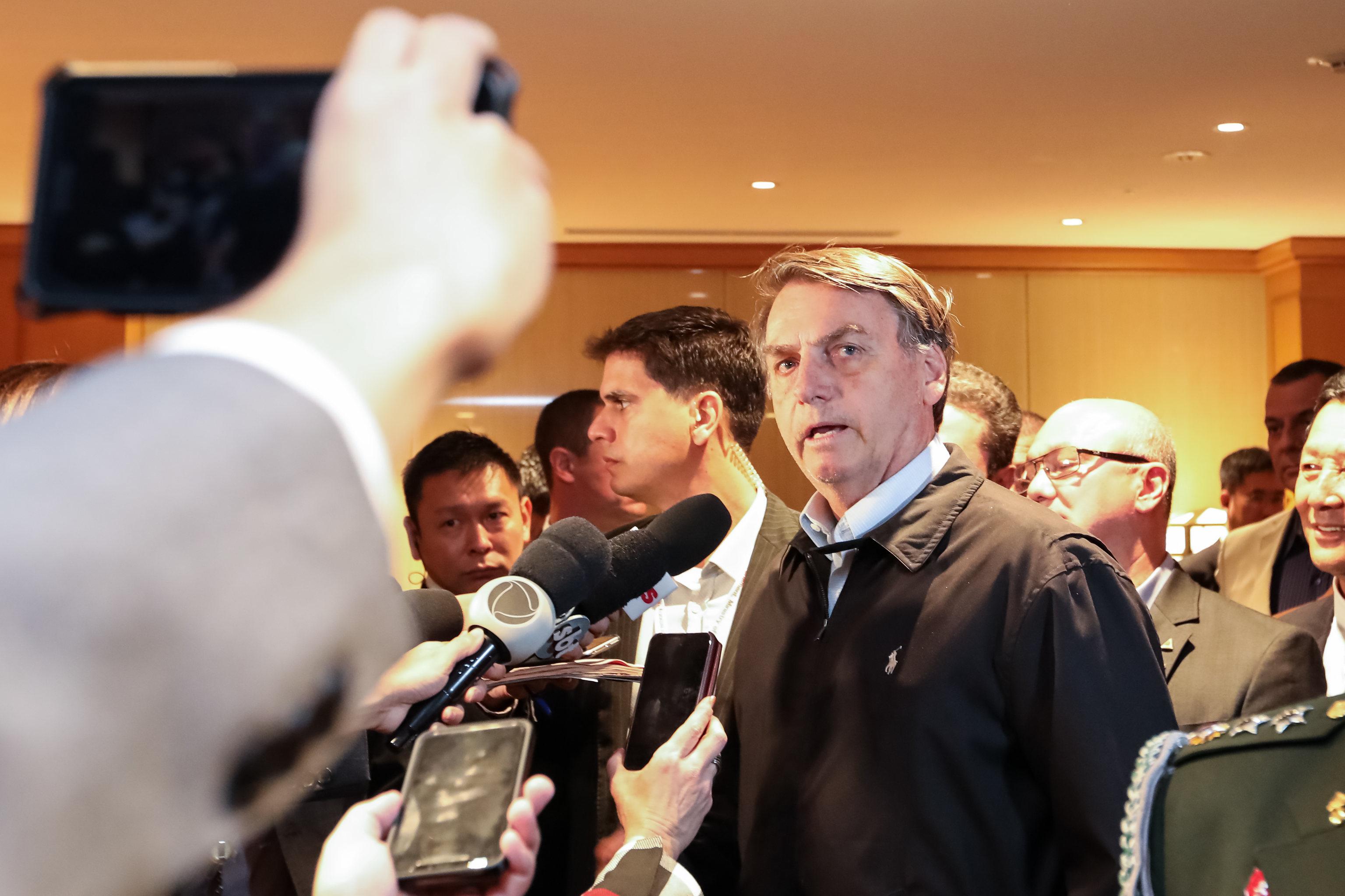 O presidente da República, Jair Bolsonaro, fala com a imprensa na chegada ao Hotel Imperial, em Tóquio, no Japão. Foto: José Dias/PR
