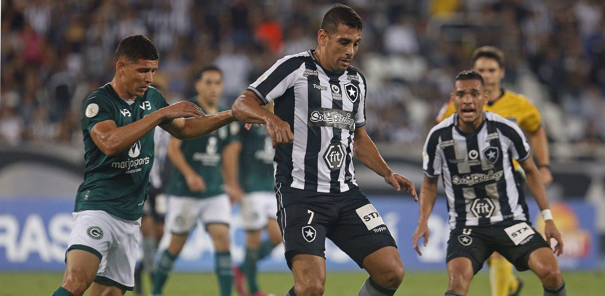 Gabriel abriu o placar para o Botafogo aos 31 minutos do primeiro tempo. Na segunda etapa, João Paulo ampliou aos 19 minutos e Marcelo Benevenuto diminuiu para o Goiás marcando contra aos 31 minutos. Na sequência, aos 35, Léo Valência definiu o placar. Foto: Vitor Silva/Botafogo