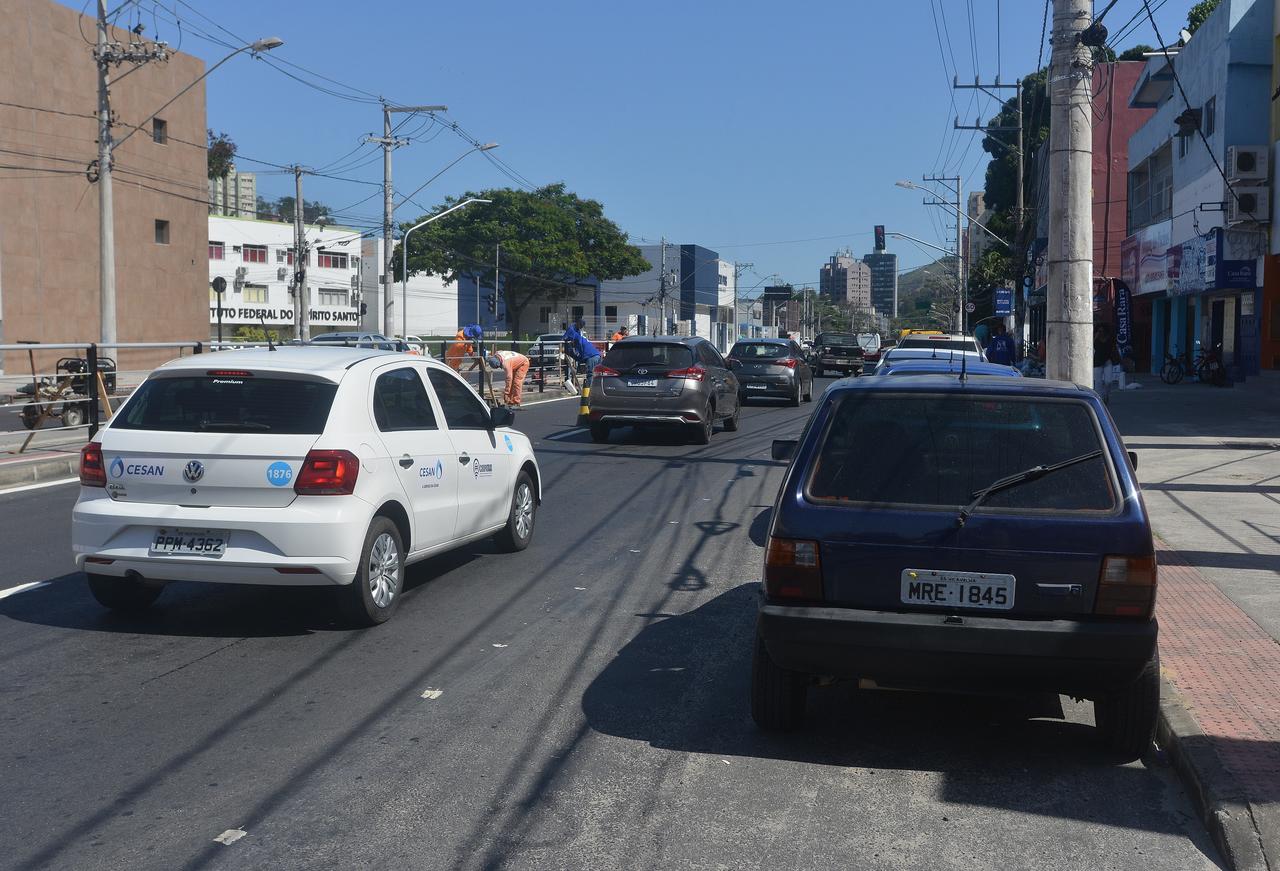 Carros estacionados na avenida diminuem área de circulação e atrapalham fluxo de veículos. Foto: Chico Guedes