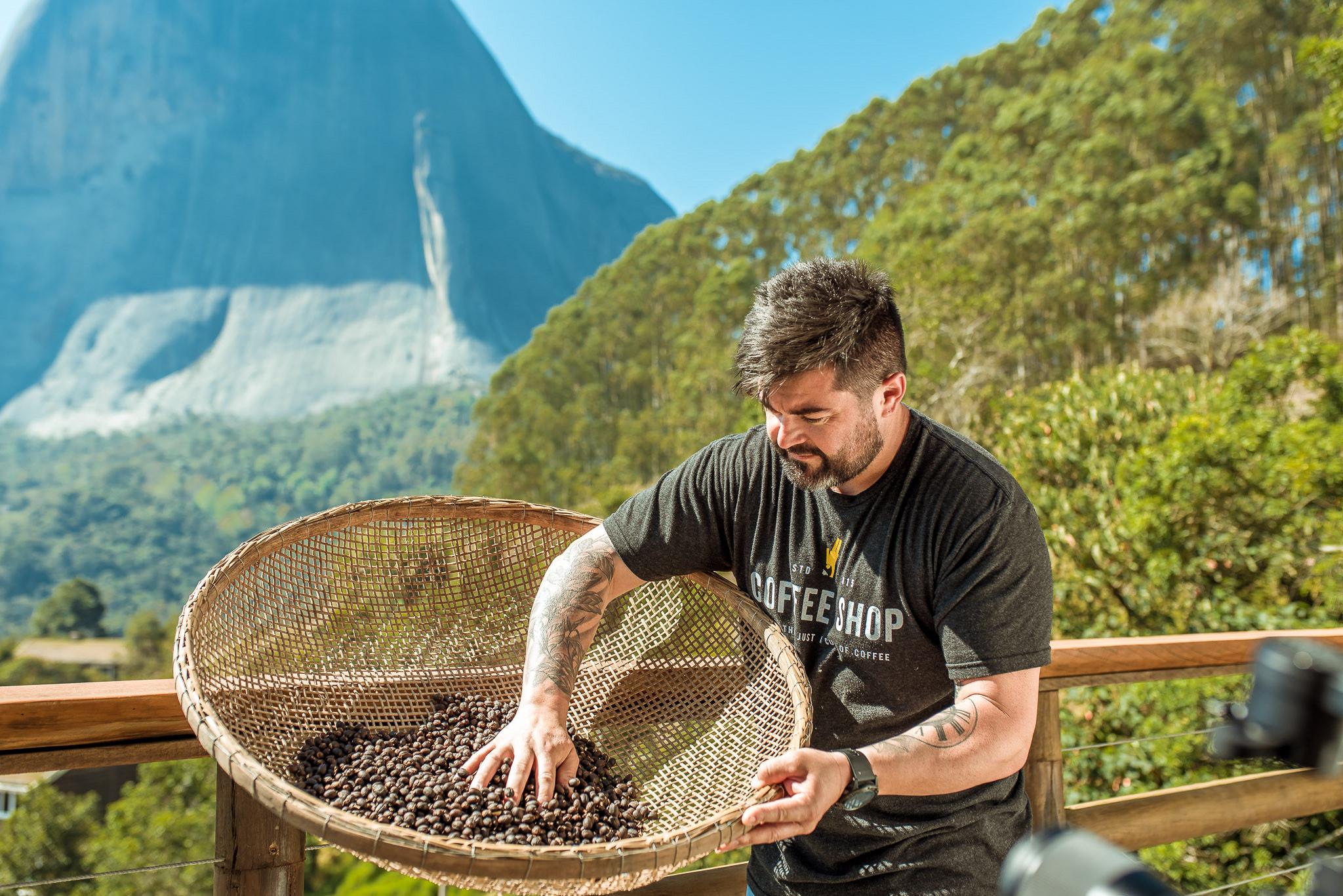 Vagner Uliana oferece um coffee tour na propriedade da família para que visitante conheça produção de microlotes de cafés. Foto: Divulgação