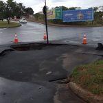 A cratera surgiu na madrugada desta terça-feira, após o asfalto ceder. Foto: Ouvinte BandNews FM ES