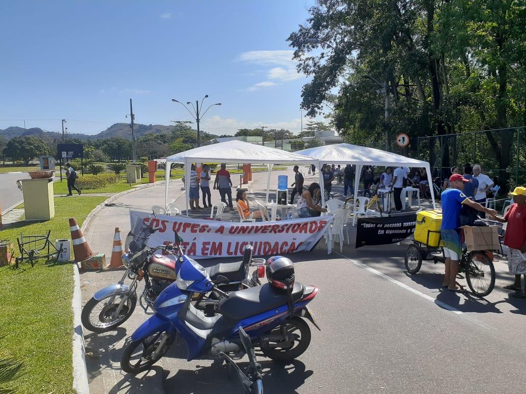 Segundo os manifestantes, os portões da Ufes permanecerão fechados por 48 horas. A entrada de veículos só será liberada a partir de sexta-feira. Foto: Vinicius Arruda