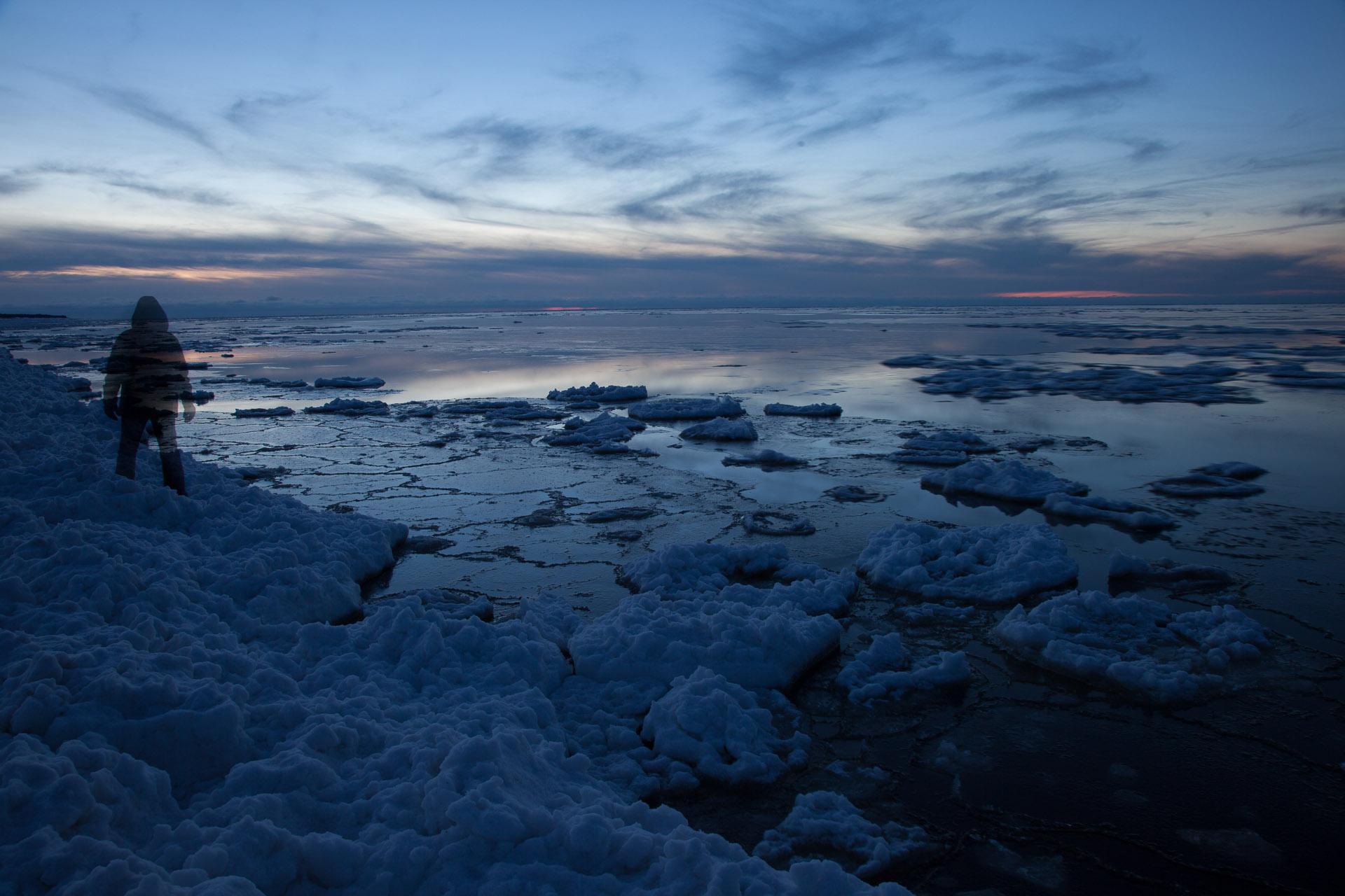 """O Mar Báltico, na Europa, serviu de cenário para a fotografia """"Autorretratos Além-Mar"""". Foto: Miro Soares"""