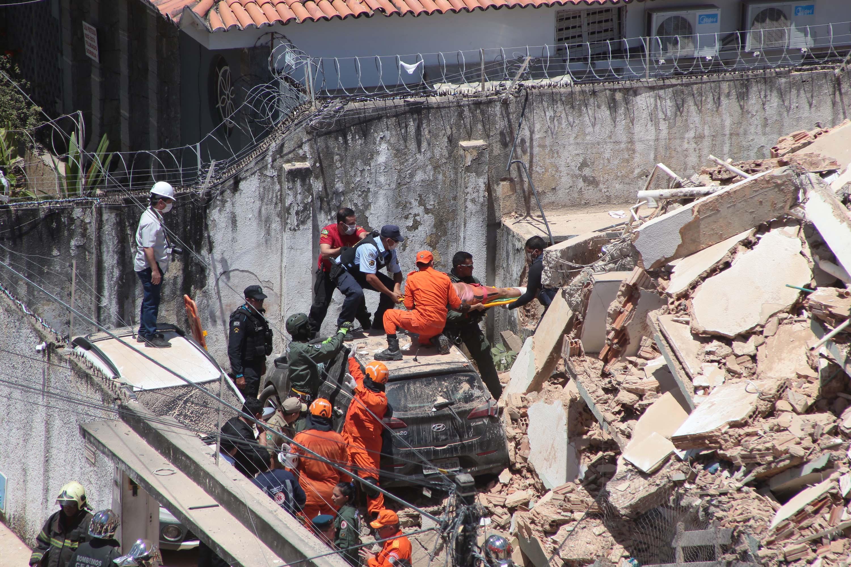 Equipes de resgate trabalharam durante todo o dia em busca de vítimas sob os escombros. Foto: Kleber Gonçalves/Futura Press/Estadão Conteúdo.jpg
