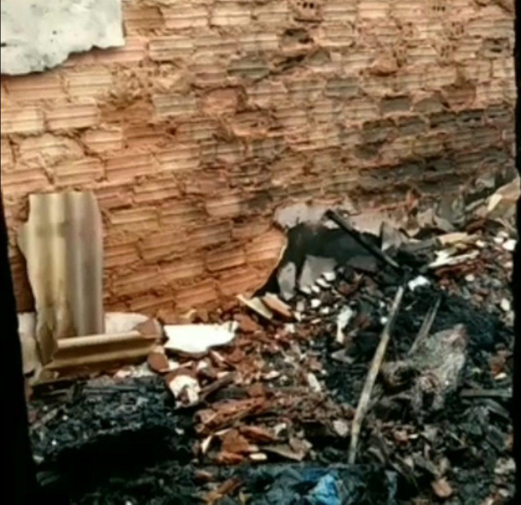 Vários cômodos da casa foram destruídos durante o incêndio. Foto: Reprodução