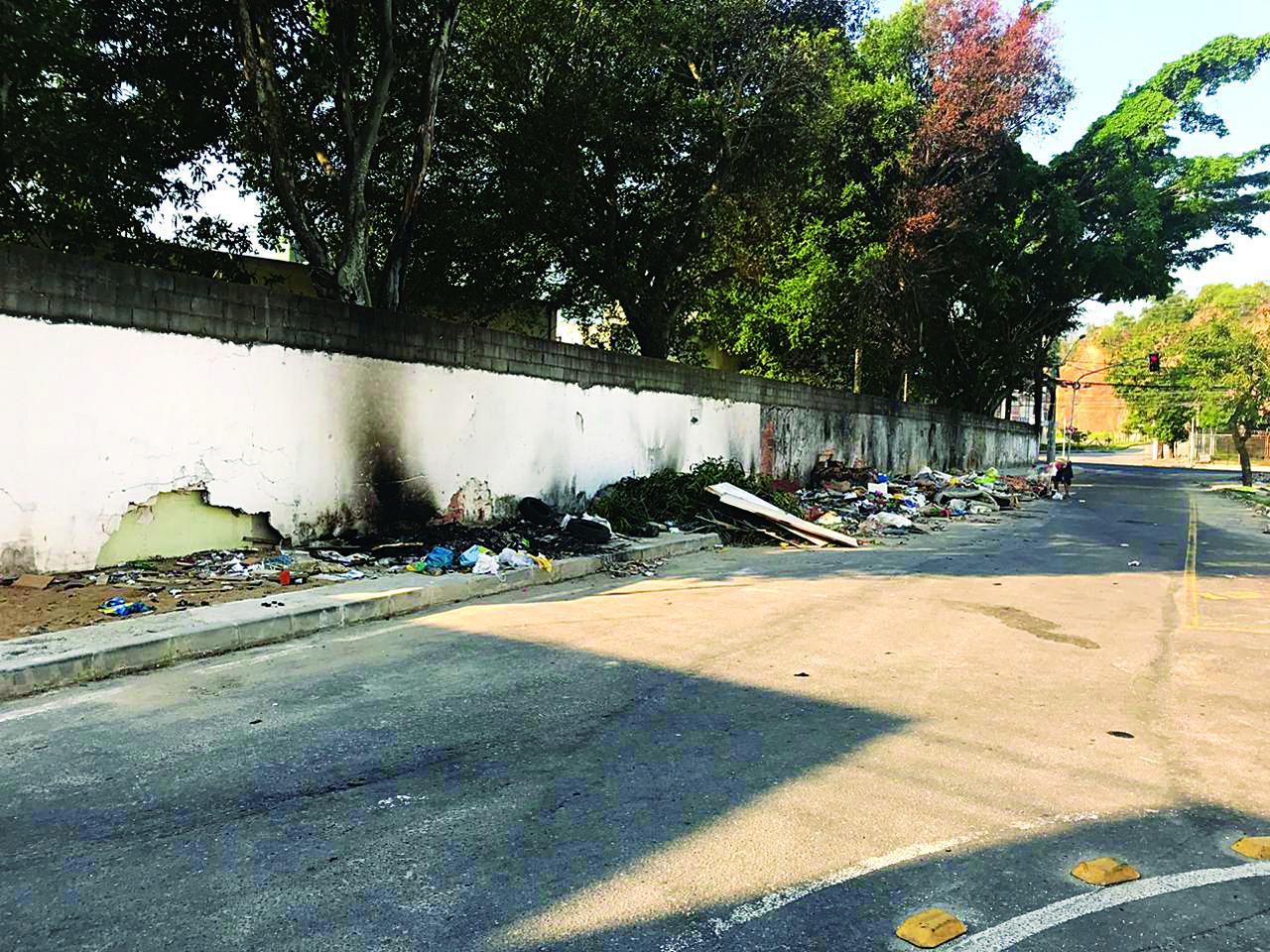 O muro, antes da intervenção, era utilizado como ponto de lixo irregular. Foto: Reprodução