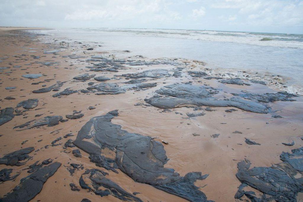 Ministro diz que não é possível saber quanto óleo ainda atingirá litoral. Foto: Adema/Governo de Sergipe