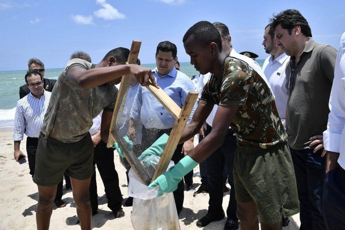 Presidente em exercício, Davi Alcolumbre, viajou para Alagoas e Sergipe para acompanhar a situação das praias da região