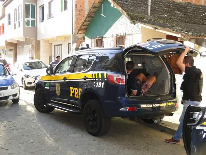 A prisão aconteceu em Piúma, no litoral Sul do Espírito Santo, onde os criminosos estavam escondidos. Foto: Divulgação/PRF