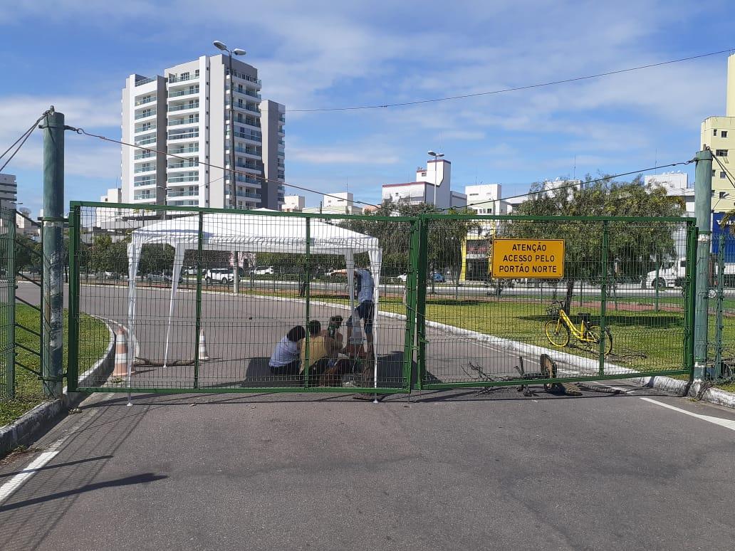 Os portões de entrada de veículos da Ufes estão fechados desde a manhã desta quarta-feira (3). A previsão é que elas sejam liberadas a partir desta sexta. Foto: Vinicius Arruda