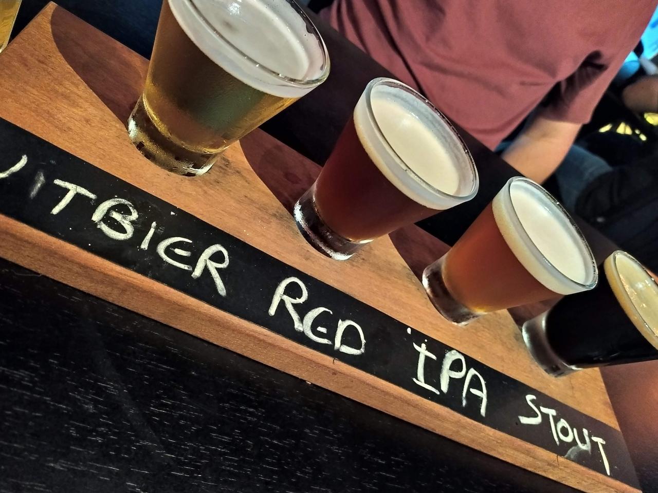 Tábuas de degustação são ótimas opções para quem quer provar novos estilos e sabores. Em cada copa, um tipo de cerveja diferente para se degustar. Foto: Divulgação