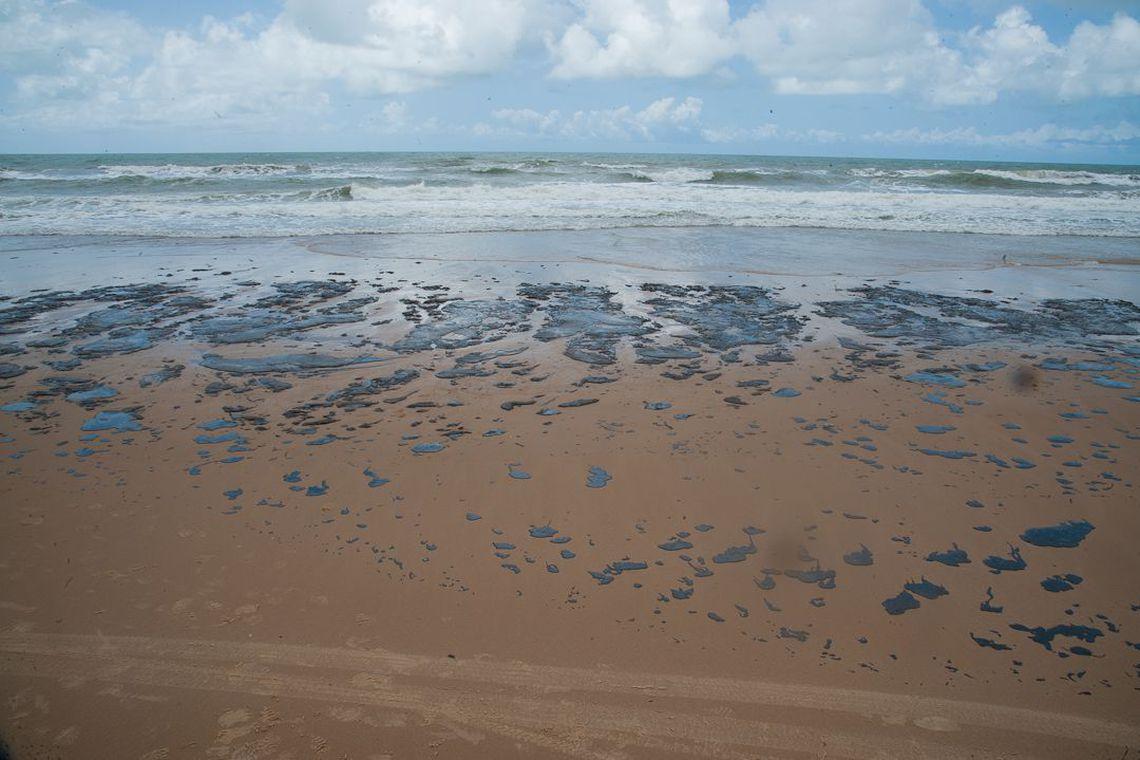 Até segunda-feira (7), a Petrobras já havia recolhido 133 toneladas de resíduos de óleo das praias do Nordeste. Foto: Adema/Governo de Sergipe