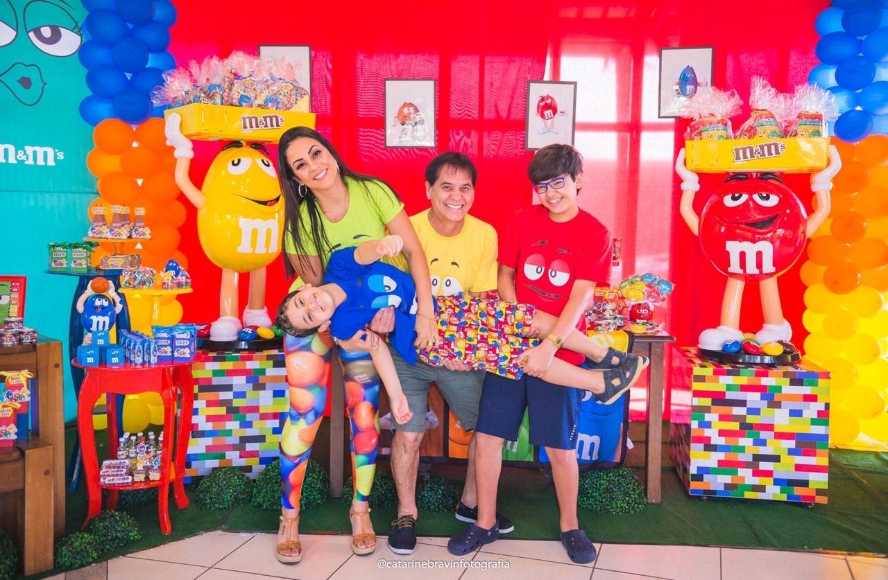 A família Perim comemorou a vida do pequeno Inácio numa festa colorida e animada. Na foto Daílton, Eliane, Otávio e Inácio Perim. Foto: Catarine Bravin