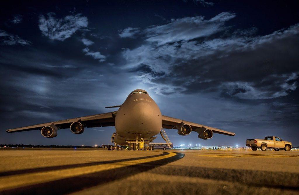 Avião pousado no aeroporto. Foto: Pixabay