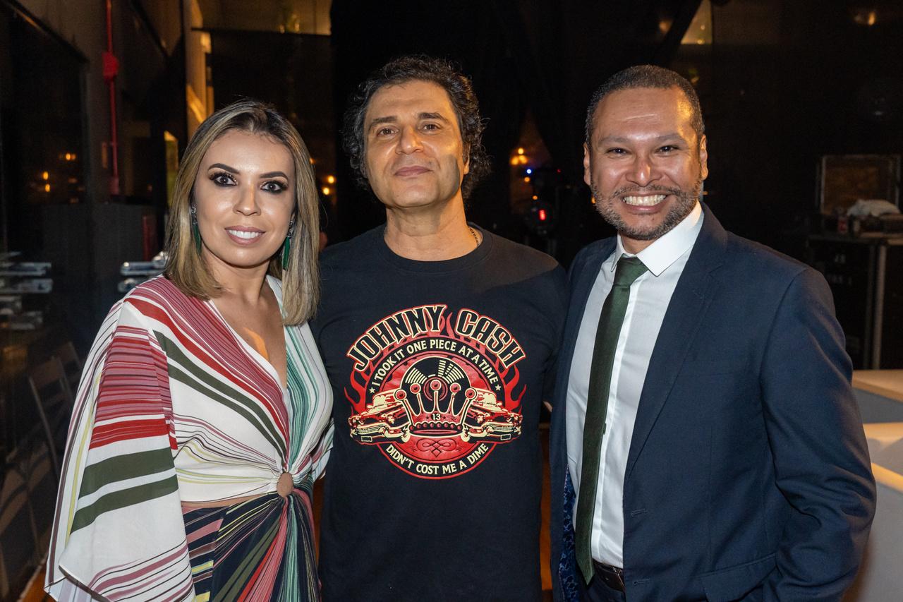 Festa animada da Bergi Advocacia: Daniela e Paulo Cerutti com Frejat. Foto: Cacá Lima