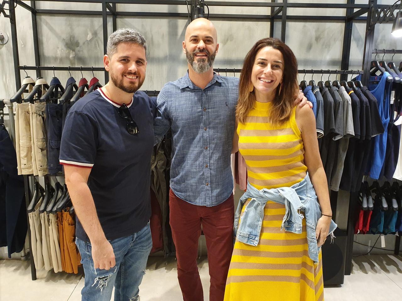 Evento de moda: Ricardo Lobato entre Rony Meisler, CEO da Reserva, e Juliana Almeida, diretora comercial. Foto: Divulgação