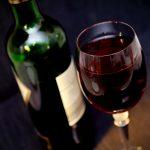Garrafa e taça de vinho. Foto: Pixabay