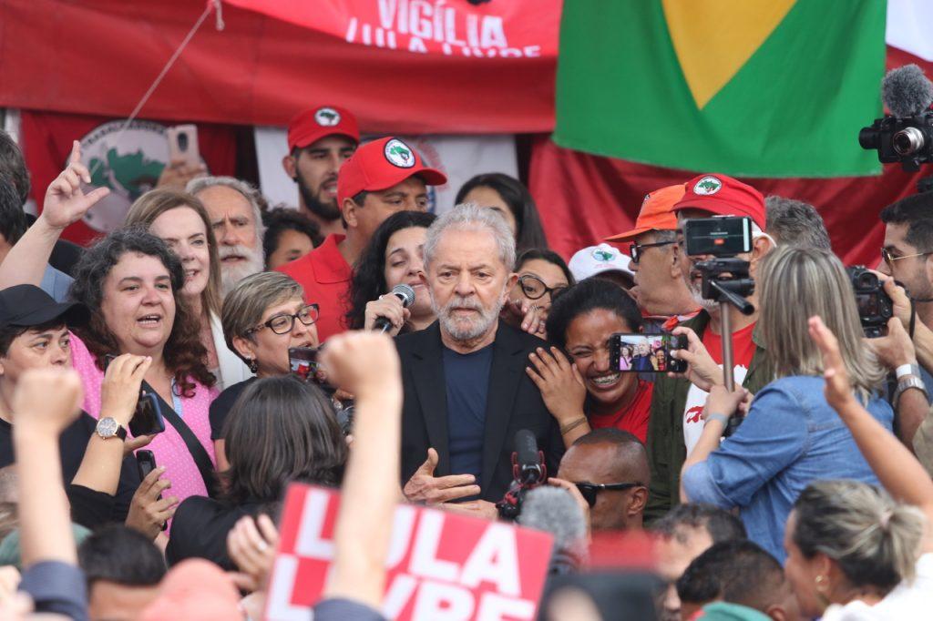 Lula deixa carceragem da Polícia Federal em Curitiba e reúne-se com a militância do acampamento Lula Livre em seu primeiro ato público após permanecer preso por 580 dias. Foto: Theo Marques/Framephoto/Estadão Conteúdo