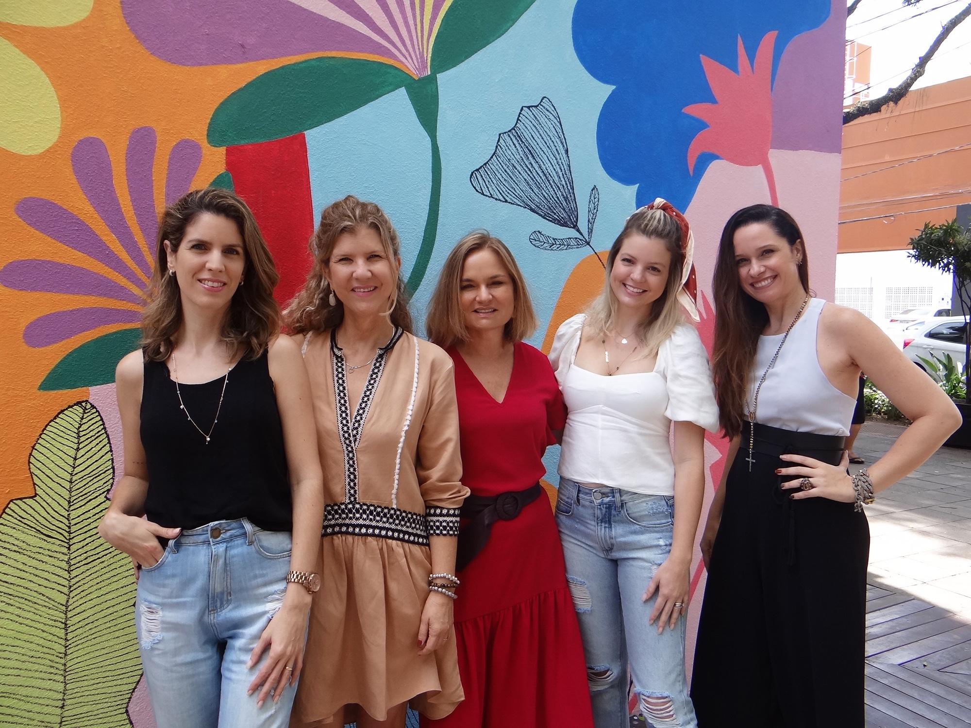 Michelle Zennig, Ana Beatriz Castro, Raquel Melo, Danielle Salles Ramos e Melyssa Viana em frente ao novo mural pintado na Esquina Bargain, na Praia do Canto. Foto: Divulgação
