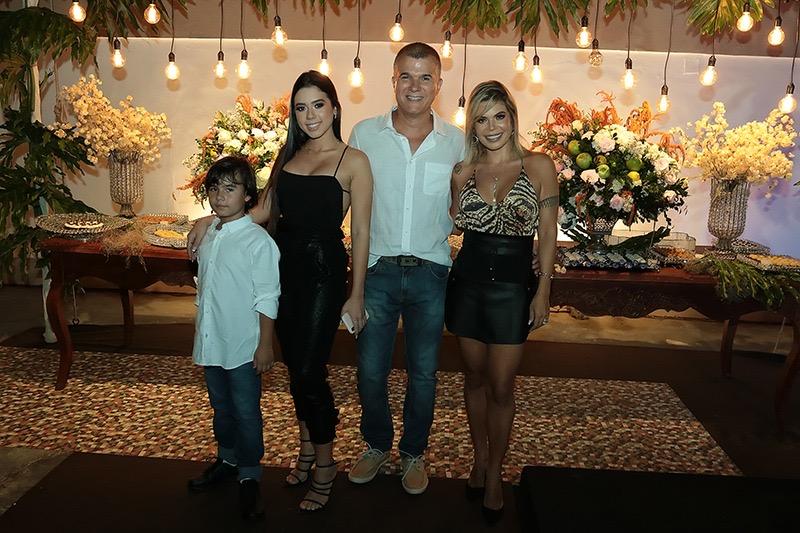 O médico Adriano Batistuta comemorou 50 anos em grande estilo ao lado da esposa Thaís Santana e dos filhos Alexandre e Lethicia. Foto: No Rock