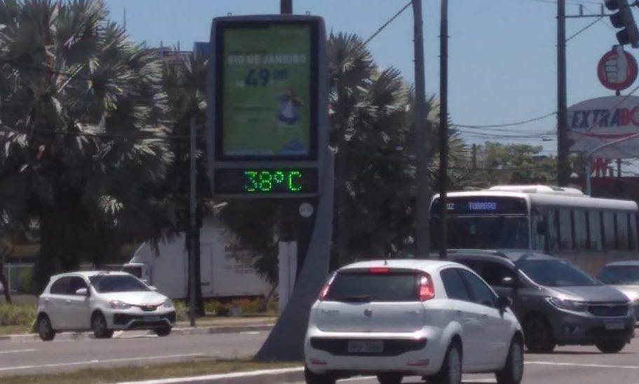 Termômetro da avenida Fernando Ferrari, em Vitória, marcada 38ºC no final da manhã desta terça-feira (5). Foto: Vyvian Campos