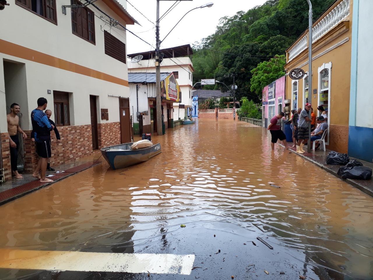 Rio Santa Maria de Vitória transborda em Santa Leopoldina, na região Serrana. Foto: Internauta