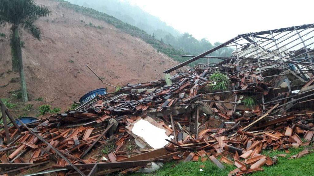 Três pessoas ficaram soterradas após o deslizamento de terra em Santa Leopoldina. Foto: Reprodução/WhatsaApp