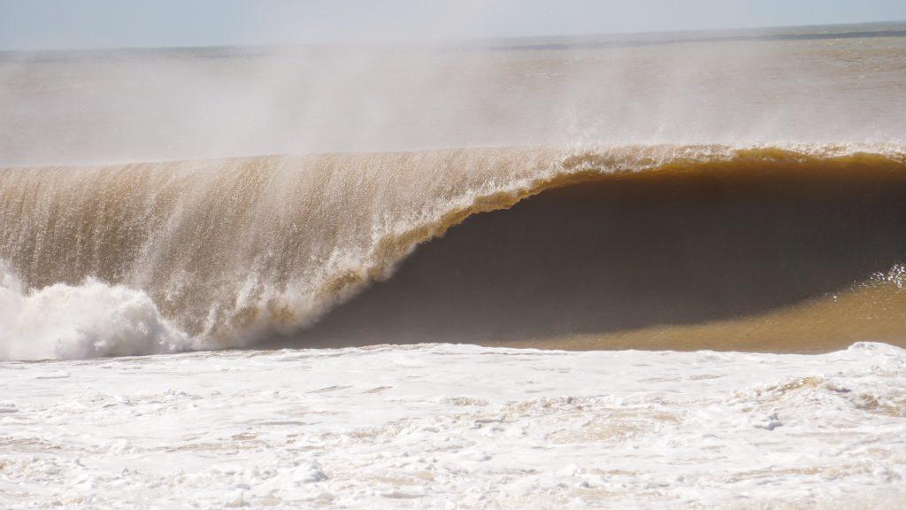 Surfista registra onda de até 2,5m em Regência. Foto: Gabriel Henriques
