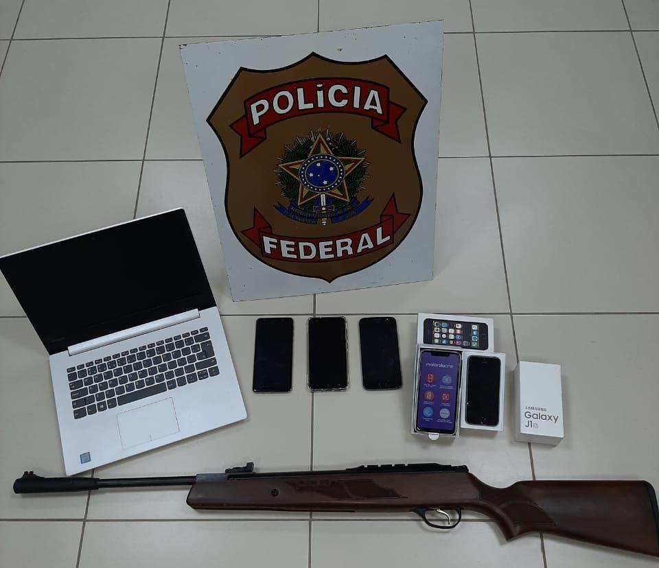 Durante a operação, a PF localizou um notebook, seis celulares e uma espingarda de chumbinho. Foto: Divulgação/Polícia Federal-ES