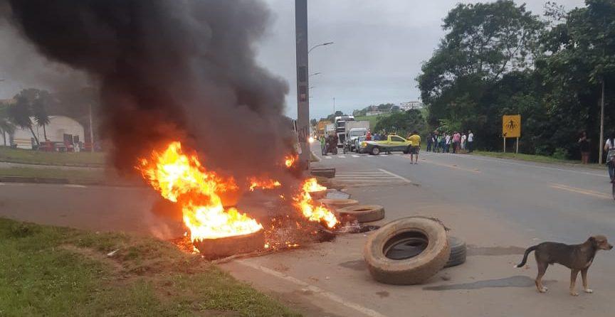 Os manifestantes atearam fogo em pneus e galhos na pista. Foto: Ouvinte BandNews Fm