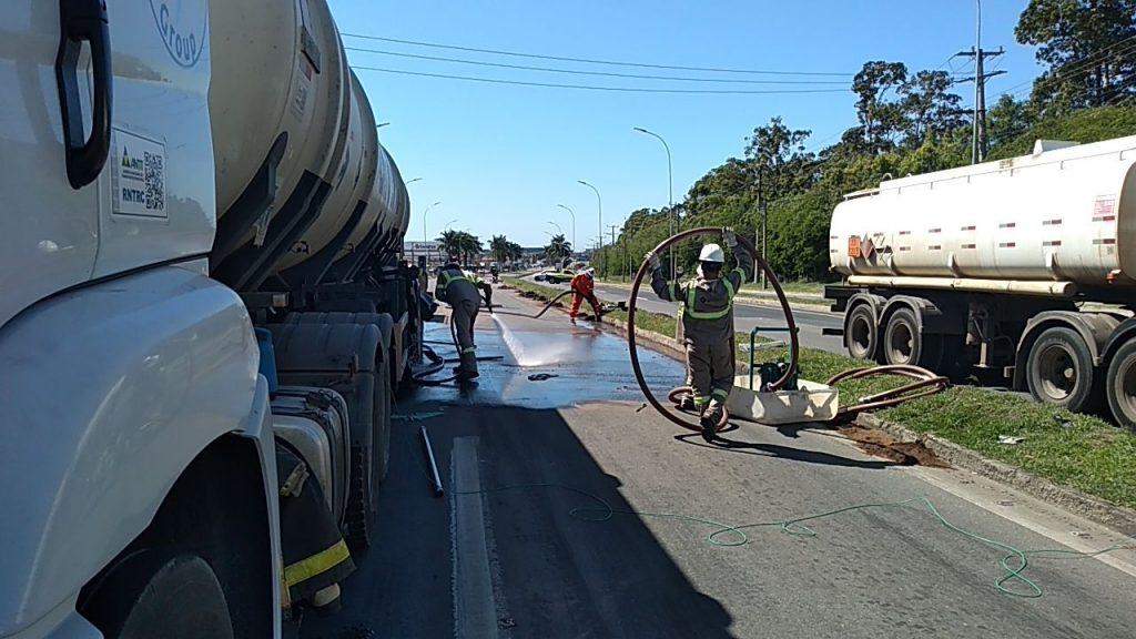 Vazamento de gasolina de carreta interdita BR 101, na Serra. Foto: divulgação/Eco 101