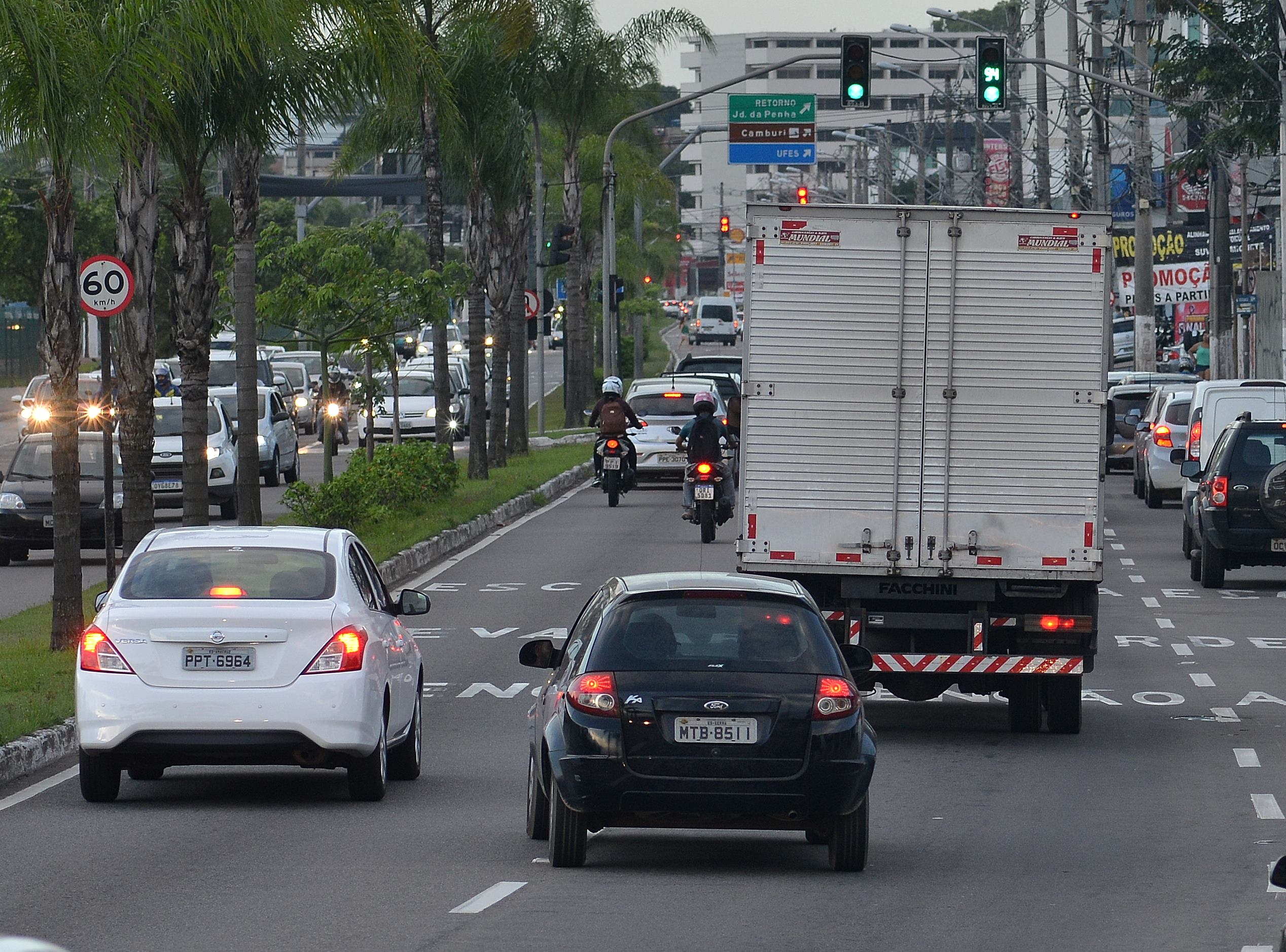 Carro mudando de faixa sem uso de seta: risco de acidentes de trânsito. Foto: Chico Guedes