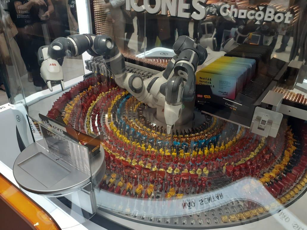 O Chocobot interage com os consumidores. Após finalizar um pedido, ele se despede acenando. Foto: Vinicius Arruda